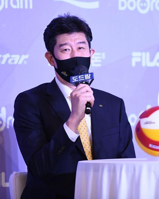 KB손해보험 신임 후인정(48) 감독이 13일 미디어데이에서 새 시즌을 앞둔 소감을 밝혔다. / KOVO 제공