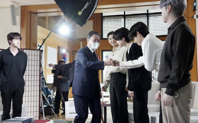 문재인 대통령이 지난달 21일 오후(현지시각) 뉴욕 주유엔대표부에서 미국 ABC 방송과 인터뷰에 앞서 같이 출연하는 그룹 BTS(방탄소년단)와 인사하고 있다 (사진=연합뉴스)
