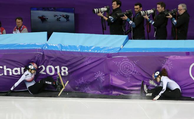 바로 이 장면. 2018년 2월 22일 강릉아이스아레나에서 평창동계올림픽 쇼트트랙 여자 1,000m 결승전 중 심석희(3번)와 최민정(6번)이 충돌해 넘어지고 있다. (강릉=연합뉴스)