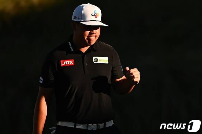 임성재가 10일(현지시간) 미국 네바다주 라스베이거스의 TPC 서머린에서 열린 PGA 투어 슈라이너스 칠드런스 오픈서 1년 7개월만에 통산 2번째 우승을 한 뒤 기뻐하고 있다. © AFP=뉴스1 © News1 우동명 기자