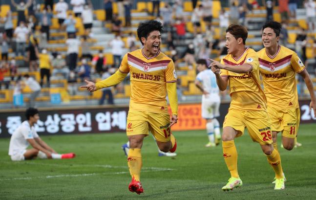포항 스틸러스 경기 후반전에서 광주 두현석이 역전 골을 넣고 환호하고 있다. 광주 | 연합뉴스