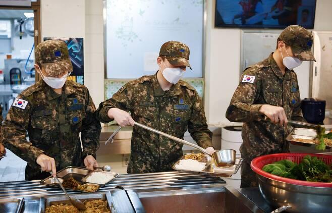 군은 6월 6일 논란이 됐던 '군 부실급식'과 관련해 배식 현장을 공개했다. 3일 공군 3여단 8978부대원들이 자율배식으로 식판에 음식을 담고 있다. /국방부 제공