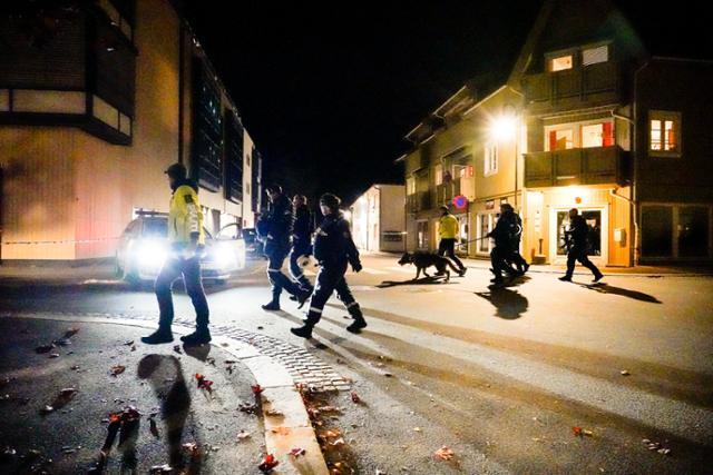 화살 난사 사건이 발생한 노르웨이 콩스베르그에서 13일 경찰들이 현장 주변을 수색하고 있다. 콩스베르그=AP 연합뉴스