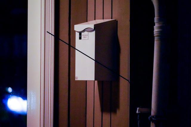 노르웨이 화살 난사 사건의 용의자가 쏜 검은 화살이 건물 벽에 꽂혀 있다. 콩스베르그=AP 연합뉴스