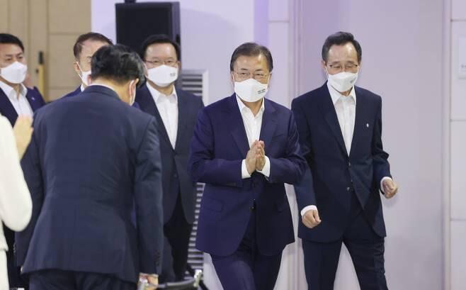문재인 대통령이 행사장에 입장하고 있다. 연합뉴스