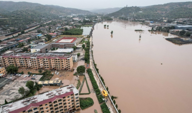 중국 북부 산시성에 최근 내린 집중호우로 물바다가 된 진중시. 현지 언론은 석탄 산지인 산시성에서 발생한 홍수로 문 닫은 탄광이 60곳에 이른다고 보도했다. (사진=연합뉴스)