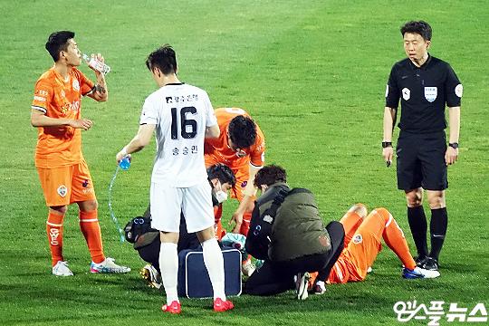 강원 FC는 주축 선수들의 교통사고, 부상, 코로나19 확진자 발생 등으로 다사다난한 한 해를 보내고 있다(사진=엠스플뉴스)