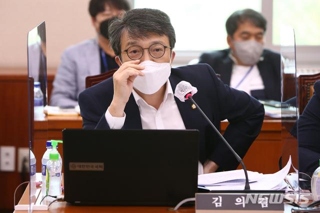 [서울=뉴시스] 전신 기자 = 김의겸 열린민주당 의원. (공동취재사진) 2021.08.10. photo@newsis.com