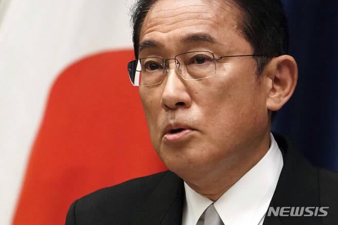 [도쿄(일본)=AP/뉴시스]지난 4일 일본의 총리로 취임한 기시다 후미오가 도쿄 총리 관저에서 첫 기자회견을 가지고 발언하고 있다. 2021.10.14,