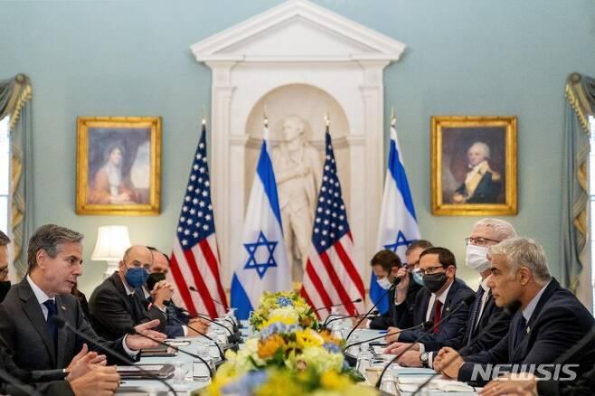 앤토니 블링컨 미 국무장관(왼쪽 끝)과 야이르 라피드 이스라엘 외무장관이 13일(현지시간) 워싱턴 국무부청사에서 회담하고 있다.[워싱턴=AP/뉴시스] 2021.10.14.