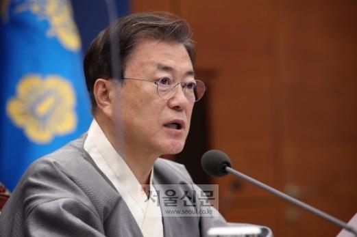 문재인 대통령이 12일 오전 청와대 여민관에서 열린 제44회 국무회의에서 모두발언을 하고 있다. 이날 회의는 '가을 한복문화주간'을 맞아 대통령와 국무위원들이 한복을 입고 참석했다. 2021. 10. 12 도준석 기자 pado@seoul.co.kr