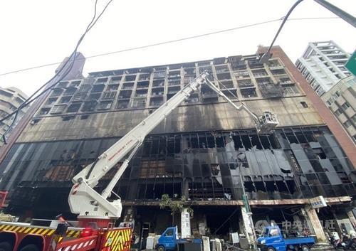 14일 대만 남부 가오슝에서 화재가 발생한 주상복합건물 [대만 중앙통신사 캡처. 재판매 및 DB 금지]