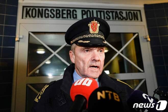 13일(현지시간) 노르웨이 콩스베르그에서 활과 화살로 무장한 남성이 무차별 공격을 가해 5명이 숨지고 2명이 다쳤다. 사진은 오이빈드 아스 현지 경찰서장이 사건 현장에서 언론 브리핑하는 모습. © AFP=뉴스1 © News1 신윤하 기자