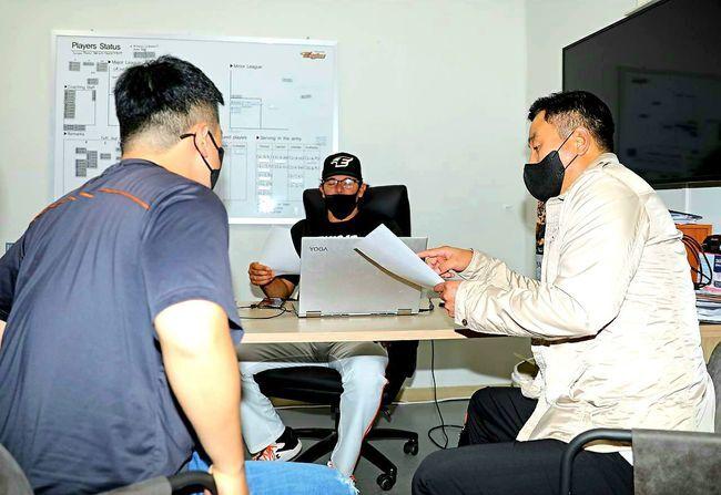 한화 카를로스 수베로(가운데) 감독이 최원호(오른쪽) 퓨처스 감독과 대화를 나누고 있다. /한화 이글스 제공