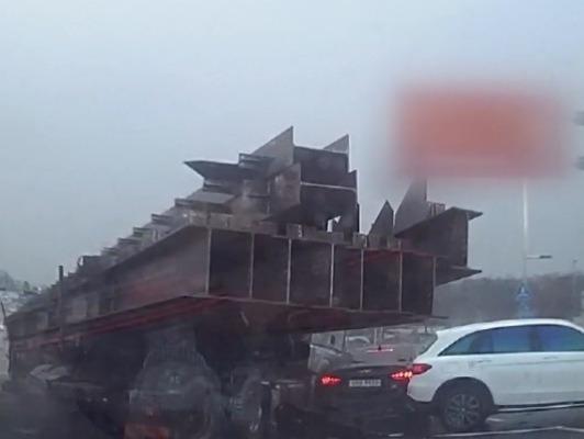 미끄러운 빗길 속 끔찍한 '6중 충돌사고'